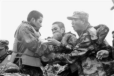 海南省军区官兵奔赴澄迈大场村救援被困村民(图)