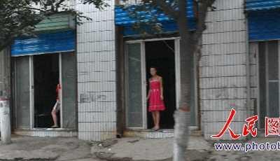 广州找小姐 山西临汾色情街小姐们一字排开招客